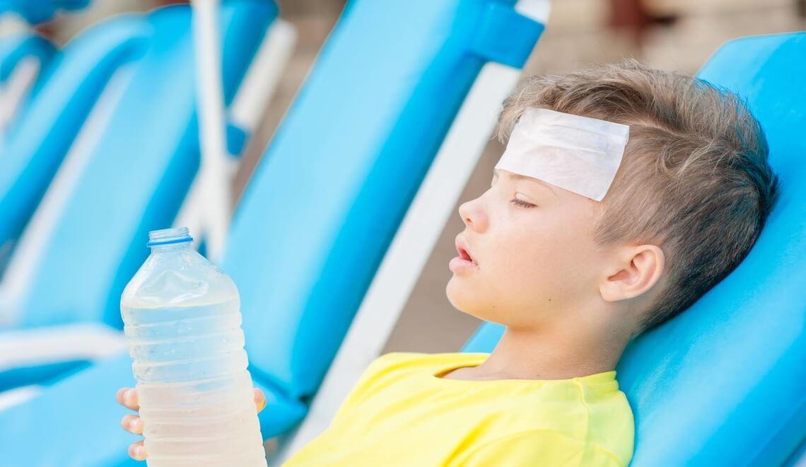 bambino sta male per uncolpo di sole