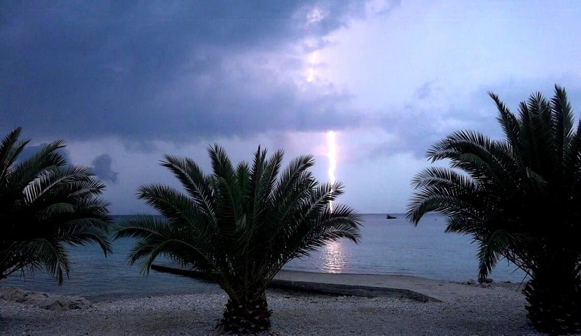 temporali estivi fulmini in spiaggia