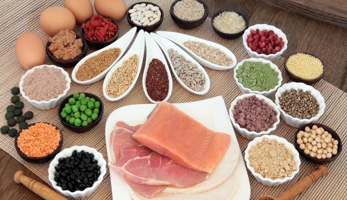 salmone, carne bianca e legumi: alcuni degli alimenti ricchi di proteine