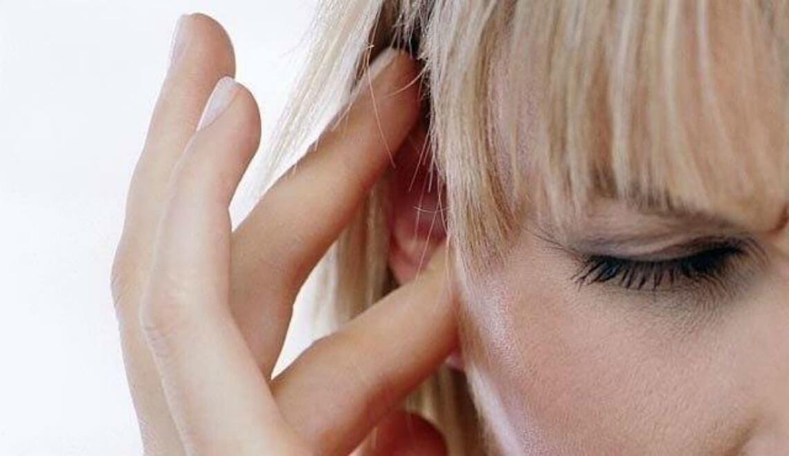 donna che si tocca orecchio otturatoo