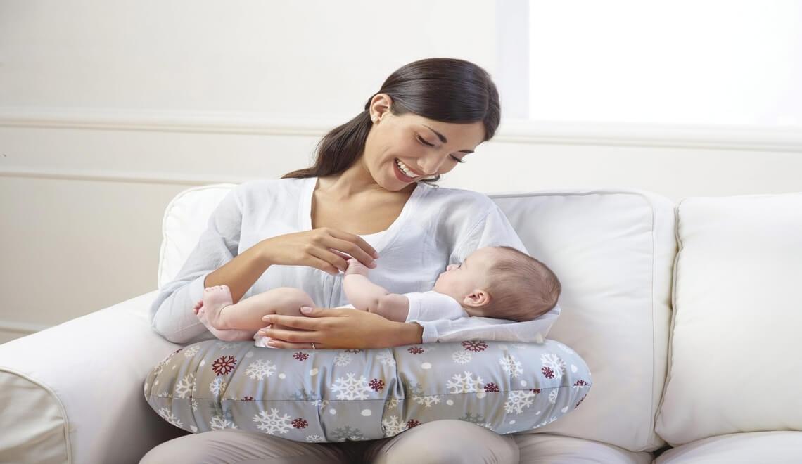 mamma che effettua llattamento seno con cuscino