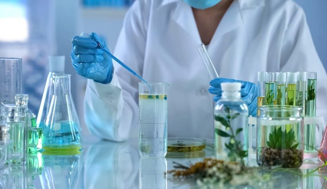 farmacista prepara prodotti fitoterapici