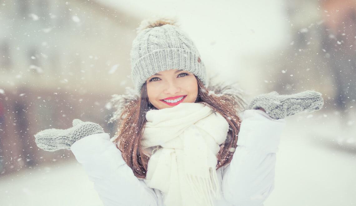 ragazza con pelle viso perfetta soto la neve