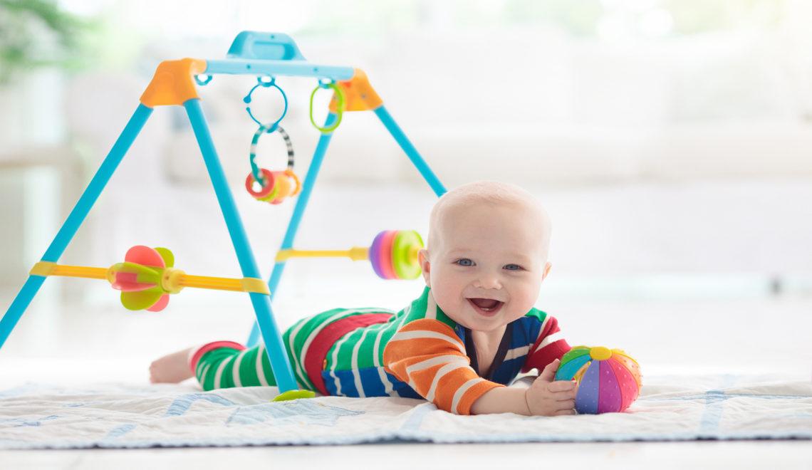 neonato che gioca con accessori giochi
