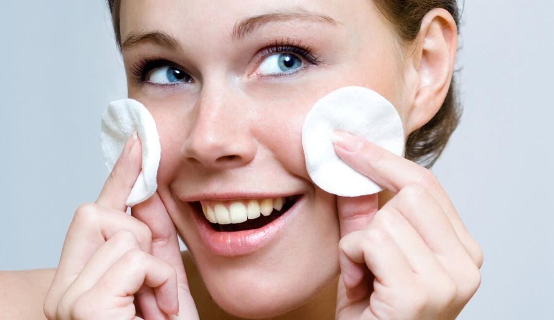 ragazza che usa prodotti detersione acne volgare